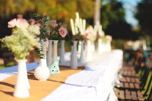 Darmowe zdjęcie z galerii z kwiaty, obrus, wazony