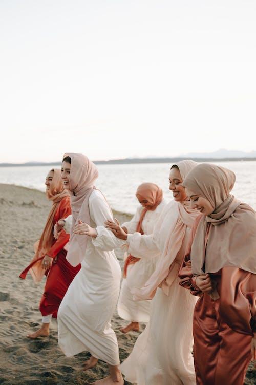 Gratis lagerfoto af hijab, holde hænder, islamisk