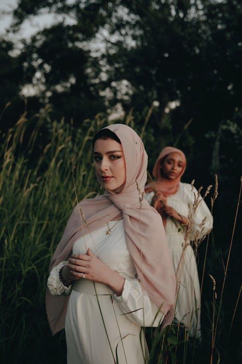 Gratis lagerfoto af aften, græs, hijab