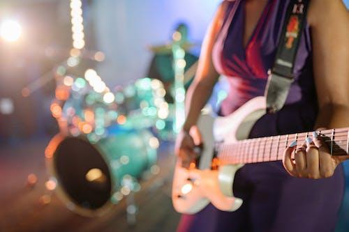 Photos gratuites de femme, guitare électrique, guitariste