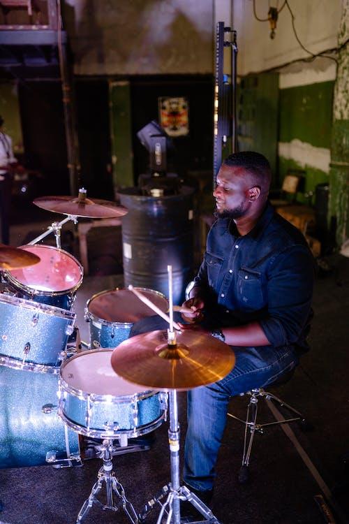 Photos gratuites de batterie, batteur, homme afro-américain