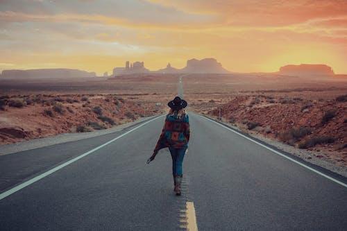 Základová fotografie zdarma na téma arizona, chůze, pohled zezadu