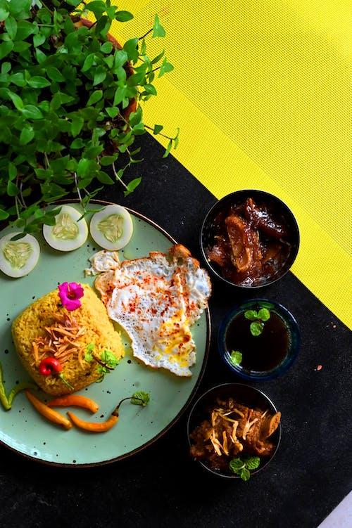 Foto profissional grátis de alimento, almoço, arroz amarelo
