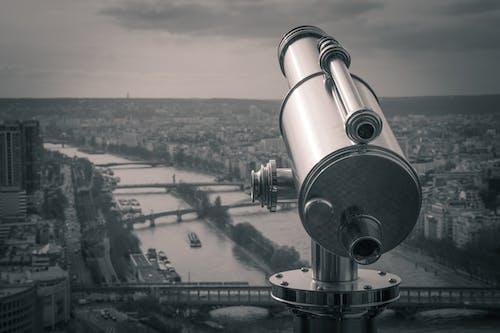 Graustufenfotografie Des Beobachtungsteleskops Mit Blick Auf Das Flussufer Der Stadt