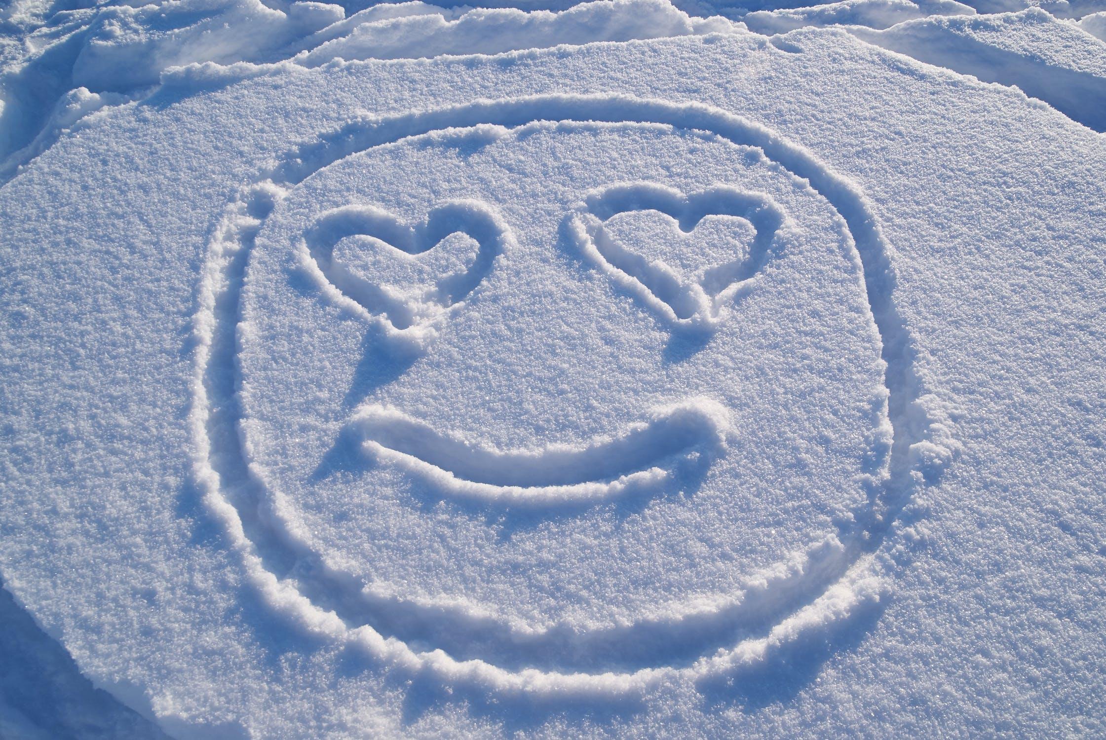 смайлики из снега картинки