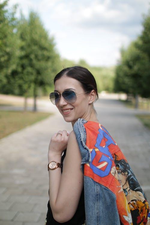 Fotobanka sbezplatnými fotkami na tému človek, džínsová bunda, kaukazský žena