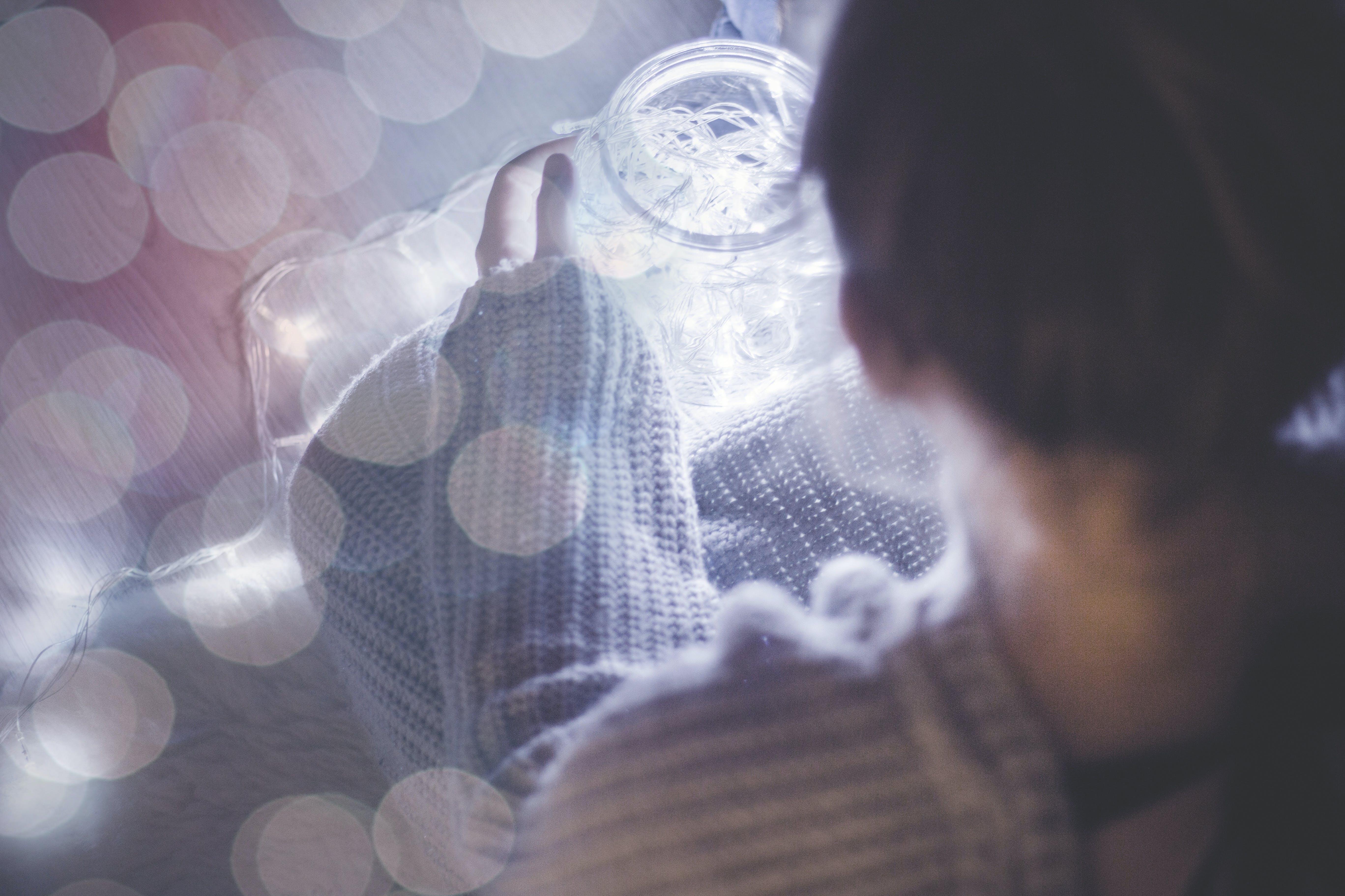 Kostnadsfri bild av flicka, kvinna, lampor, ljus