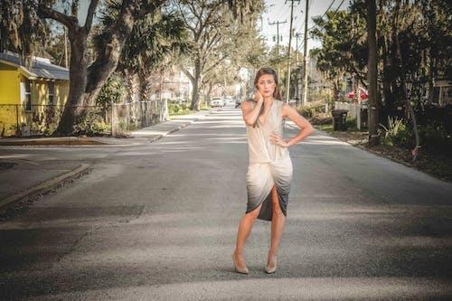 Foto profissional grátis de desgaste, estrada, garota, moda