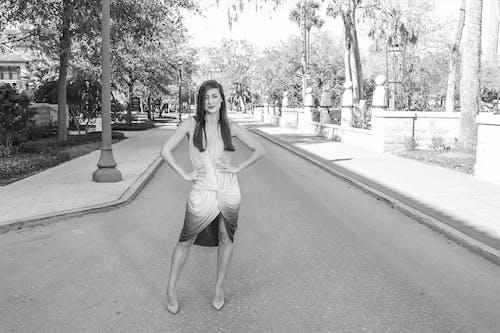 Foto d'estoc gratuïta de a l'aire lliure, actriu, adult, arbres