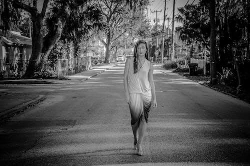 Základová fotografie zdarma na téma černobílý, dlažba, dospělý, focení
