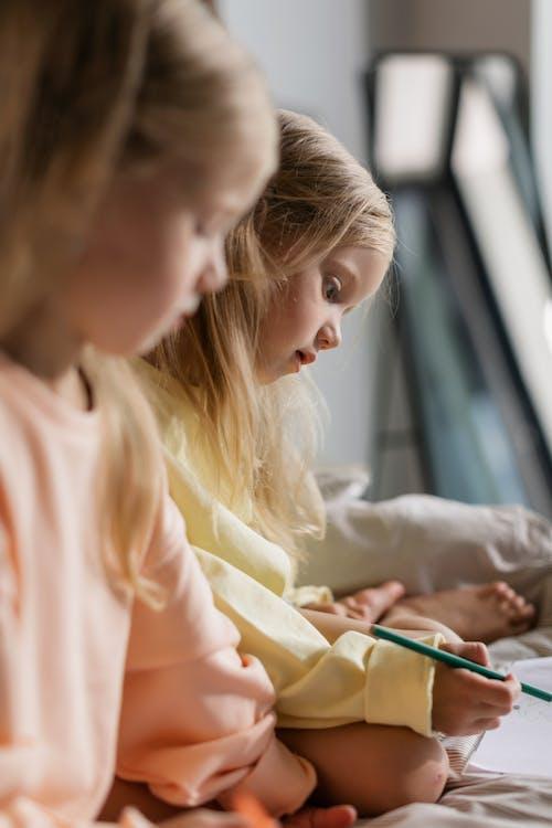 Foto stok gratis anak-anak, berambut pirang, fokus selektif
