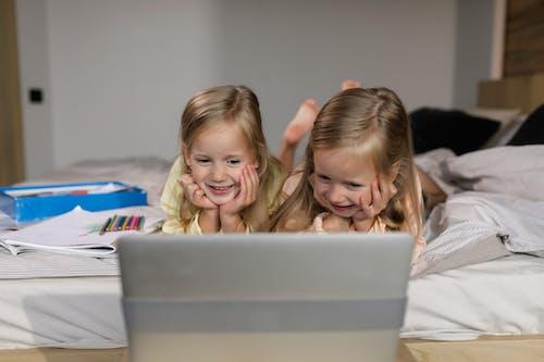 兄弟姐妹, 兒童, 在家 的 免费素材图片