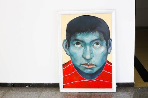 Foto profissional grátis de obra de arte atrás de uma parede branca