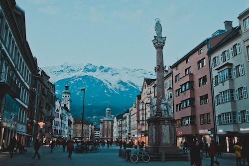 Fotos de stock gratuitas de arquitectura, calle, edificios, montaña