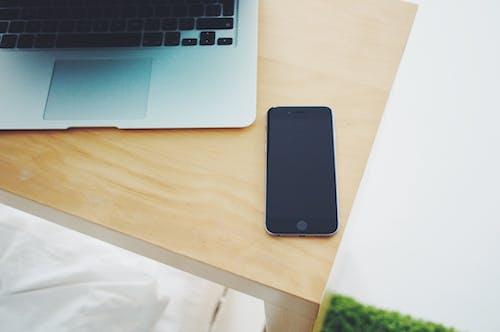 akıllı telefon, apple, dizüstü bilgisayar, dokunmak içeren Ücretsiz stok fotoğraf