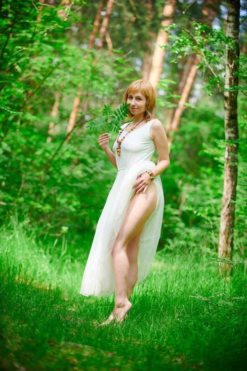 Darmowe zdjęcie z galerii z drewno, dziewczyna, kobieta