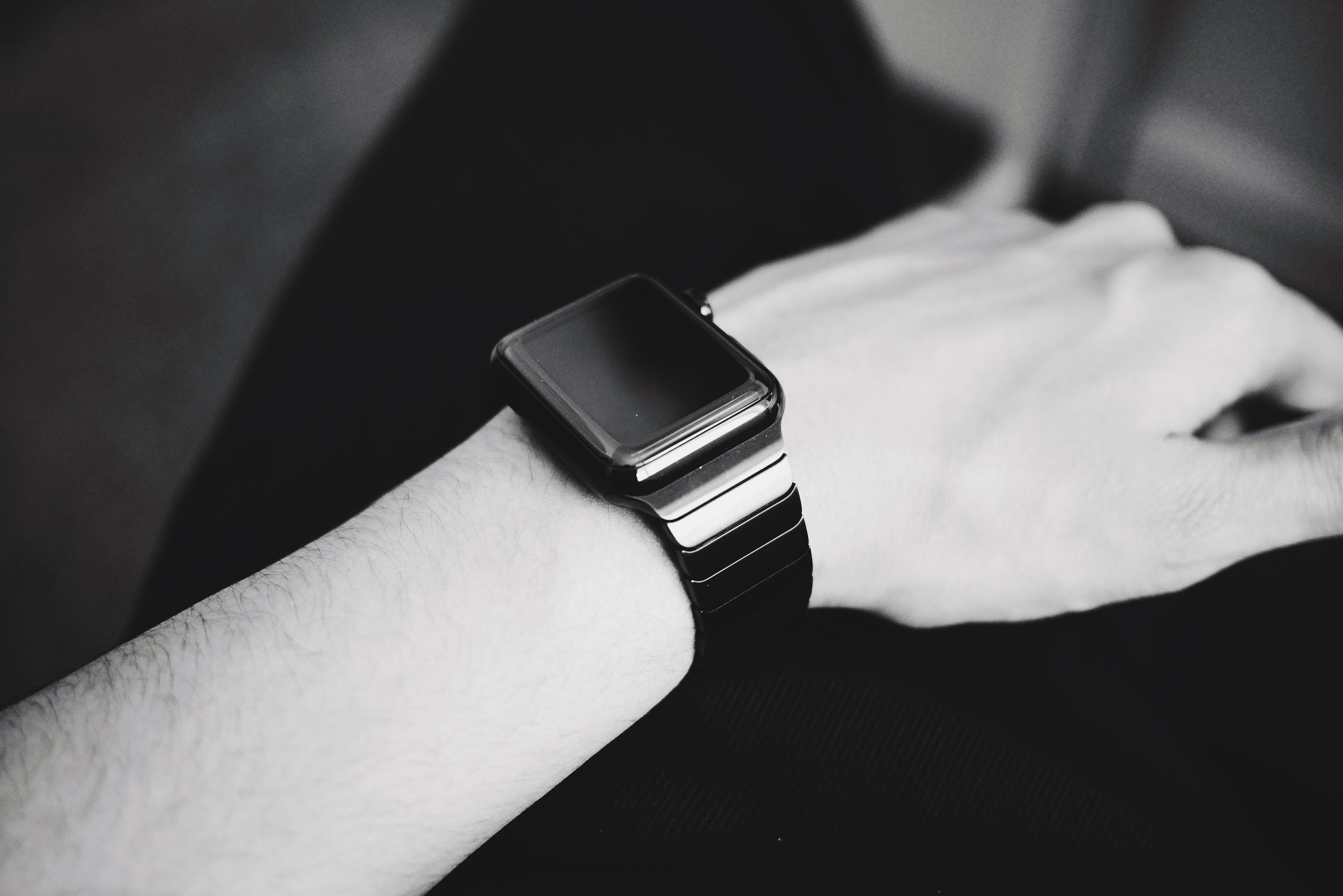 Základová fotografie zdarma na téma černobílý, chytré hodinky, koncepční, kůže
