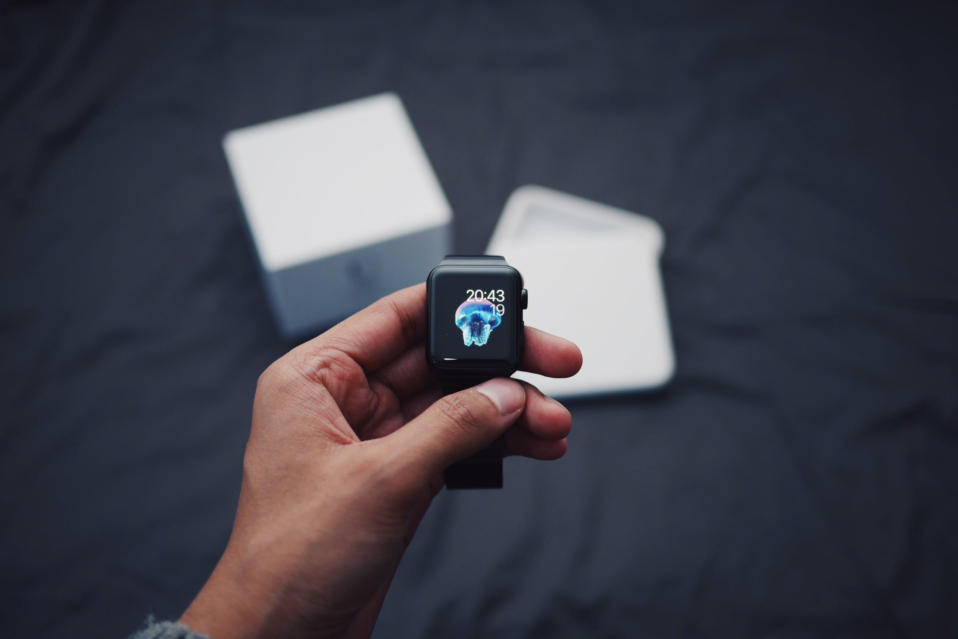 Foto profissional grátis de aparelho, digital, mão, relógio de pulso