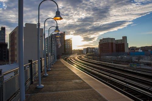 Foto d'estoc gratuïta de andana de tren, arquitectura, ciutat, edificis