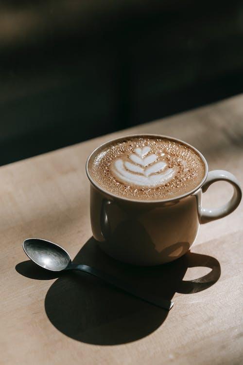 Kostenloses Stock Foto zu cappuccino, getränk, holzoberfläche
