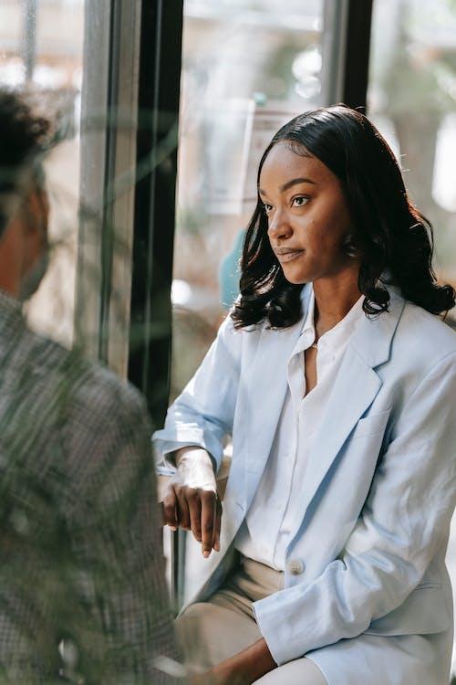 Ingyenes stockfotó afro-amerikai nő, beltéri, blézer témában