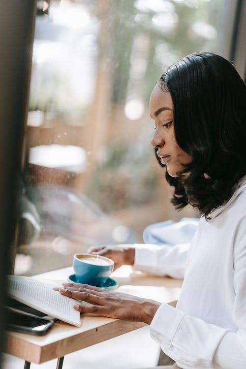 アフリカ系アメリカ人女性, インドア, コーヒーの無料の写真素材