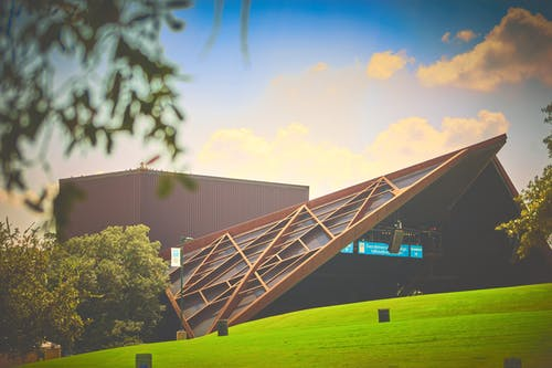 bina, çatı, çim, çim alan içeren Ücretsiz stok fotoğraf