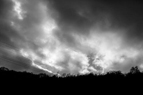 Gratis arkivbilde med dramatisk himmel, landskap, skyet himmel, svart-hvitt