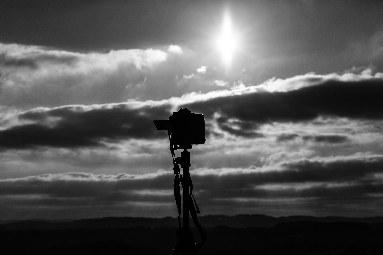 Kostenloses Stock Foto zu himmel, hinterleuchtet, kamera, schwarz und weiß