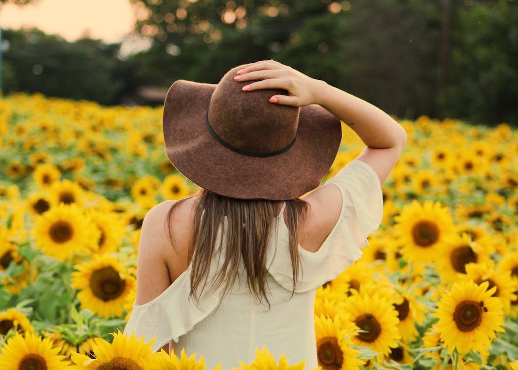 Foto Der Frau In Einem Sonnenblumenfeld