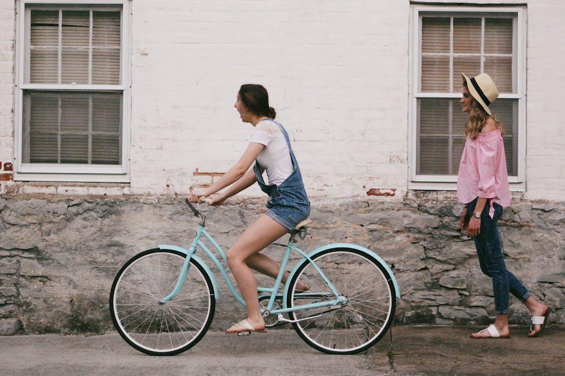 กลางวัน, การขี่จักรยาน, การขี่มอเตอร์ไซค์