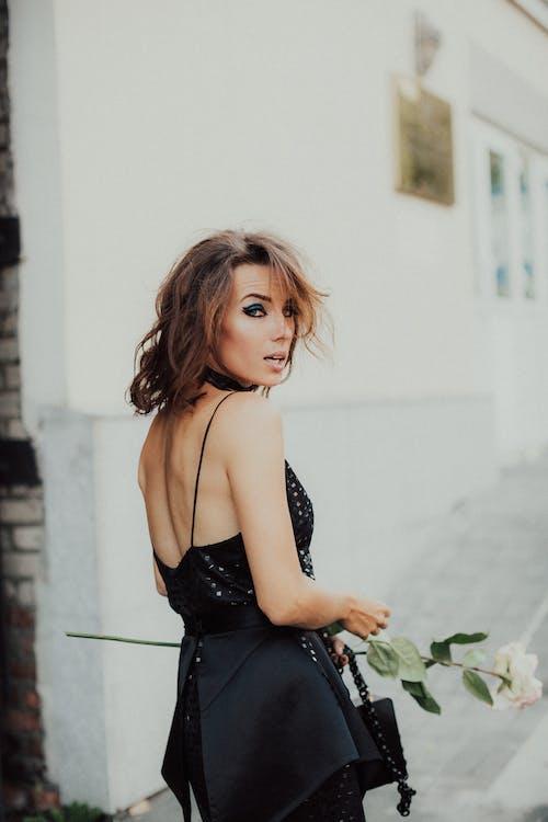 Gratis lagerfoto af brunette, holde blomster, kvinde