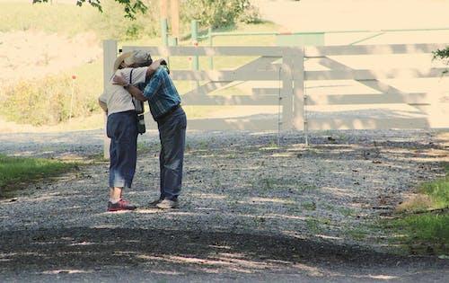 Immagine gratuita di abbracciando, abbraccio, adulto, ambiente