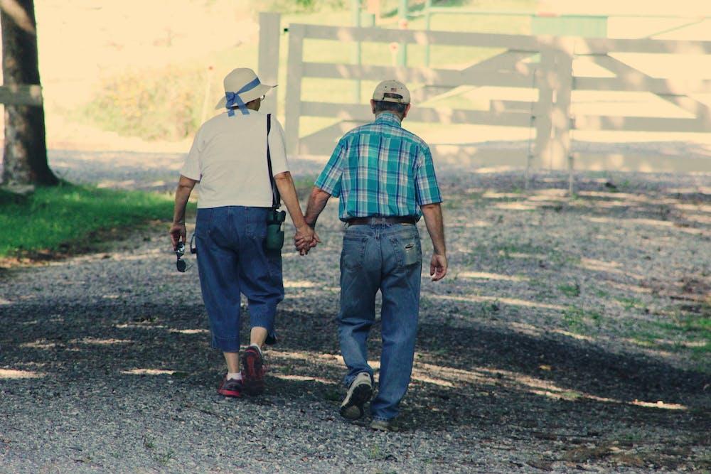 Pareja de ancianos caminan tomados de la mano | Foto: Pexels