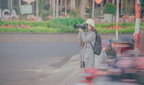 Foto profissional grátis de adulto, bem-estar, calçamento, câmera