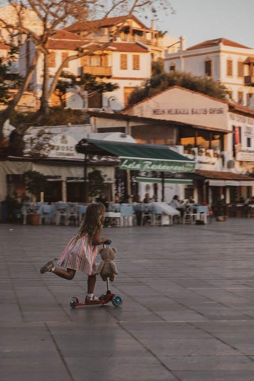 垂直拍摄, 女孩, 小型摩托車 的 免费素材图片