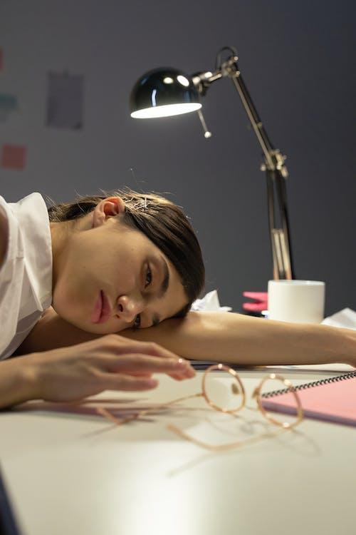 Immagine gratuita di assonnato, consumati, donna in carriera