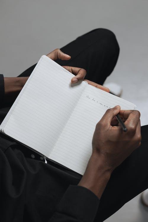 Gratis lagerfoto af afroamerikansk person, fugleperspektiv, hænder