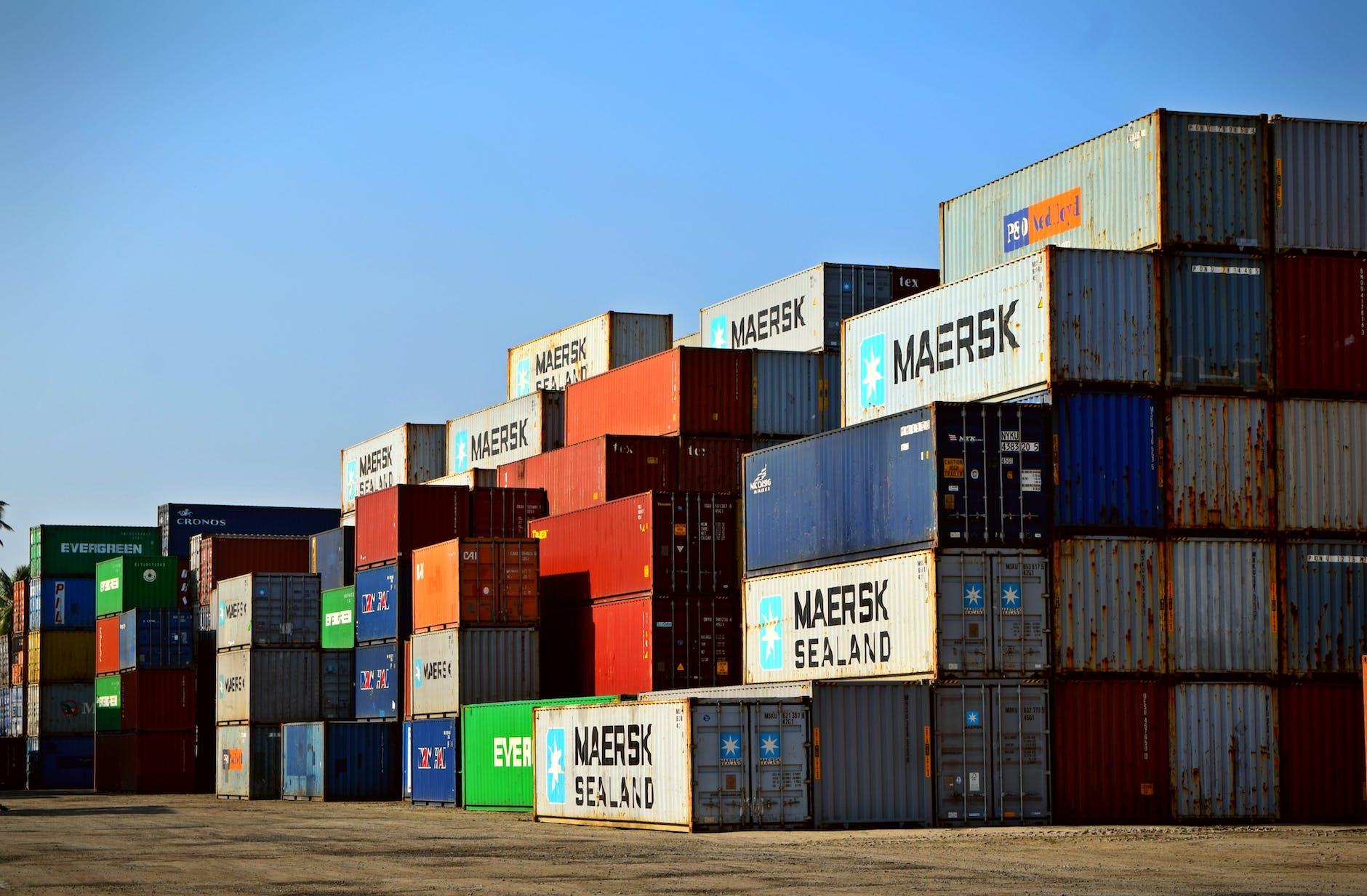 Container-Ladeplatz mit vielen Containern, die als Sammelcontainer genutzt werden können