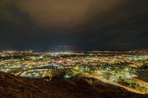 Gratis stockfoto met 's nachts, architectuur, autolampen