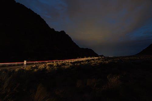 Gratis stockfoto met 's nachts, autolampen, autolichten