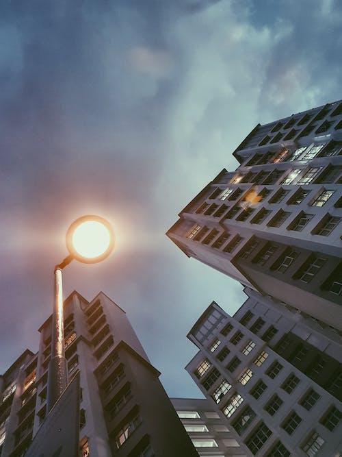 Foto stok gratis Arsitektur, awan, bangunan, bidikan sudut sempit