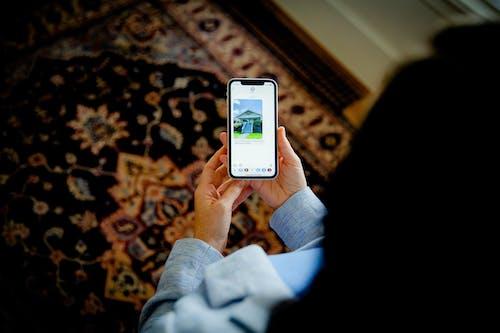 Kostenloses Stock Foto zu bildschirm, festhalten, gerät