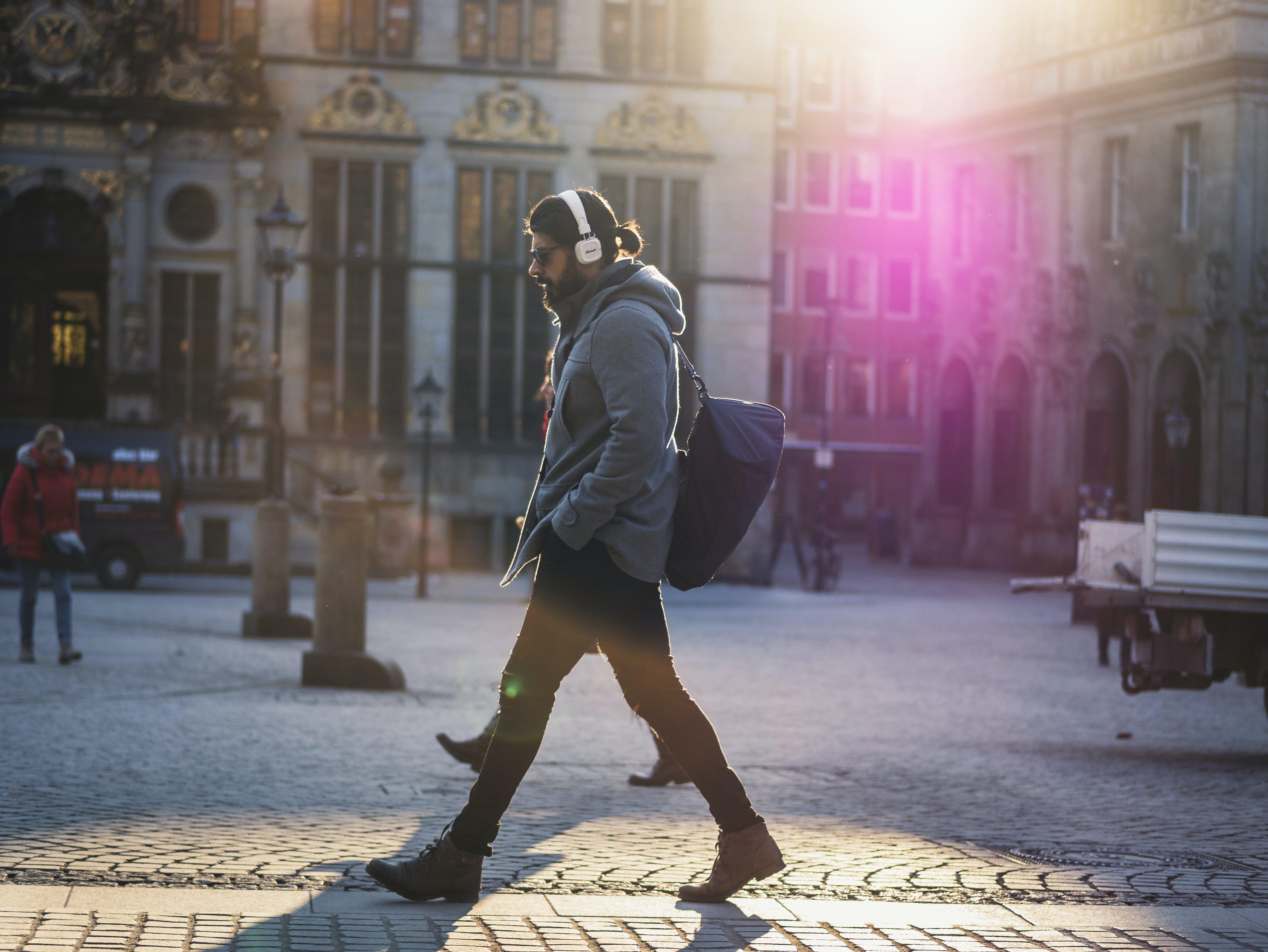 Foto stok gratis Arsitektur, berjalan, fashion, headphone