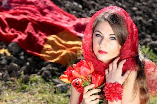 Darmowe zdjęcie z galerii z bukiet, kobieta, kwiaty, makro