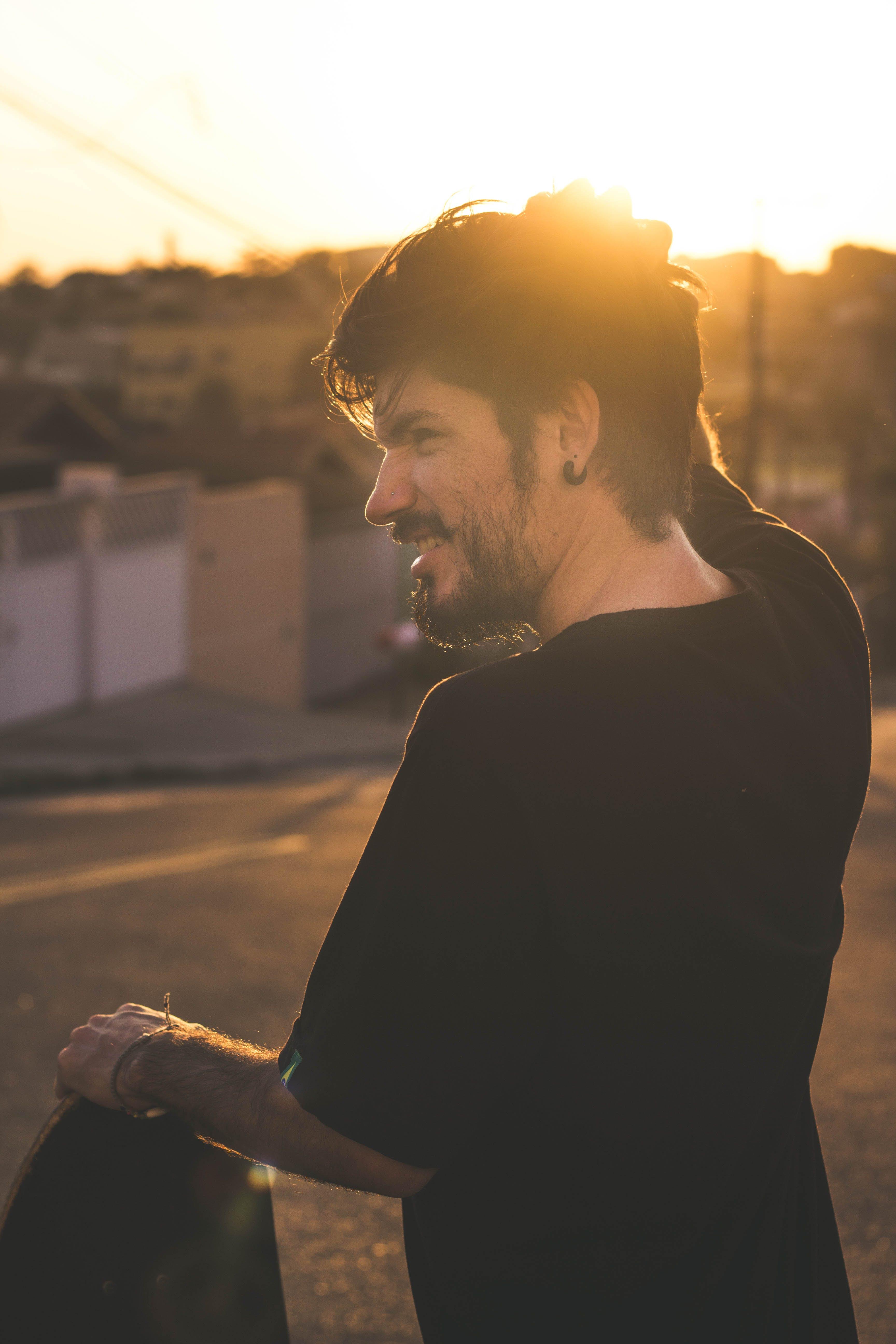 adam, altın saat, gülümsemek, kişi içeren Ücretsiz stok fotoğraf
