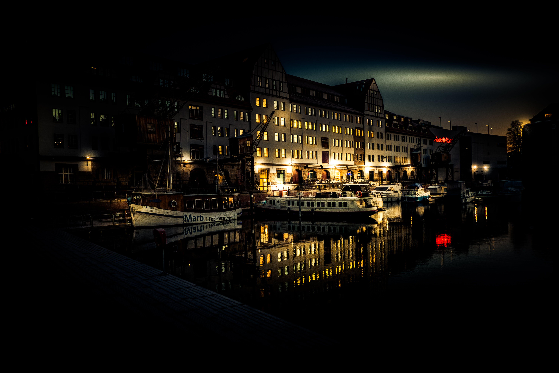 Základová fotografie zdarma na téma architektura, budova, čluny, noc