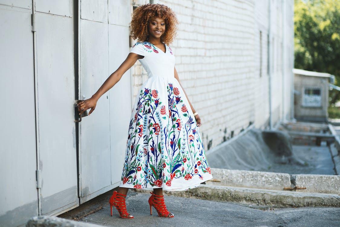 aantrekkelijk mooi, Afro-Amerikaanse vrouw, bloemetjesjurk