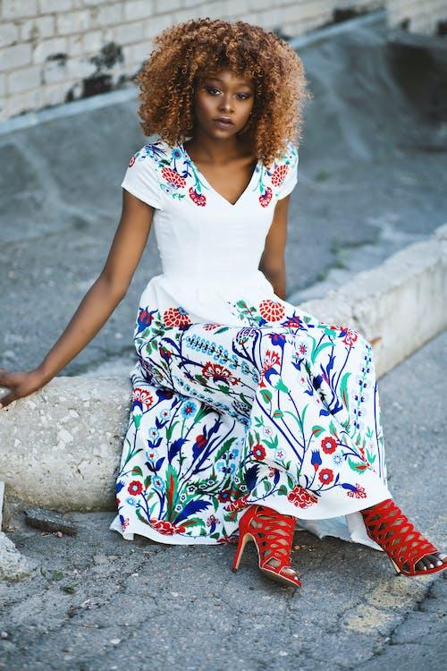 Gratis stockfoto met aantrekkelijk mooi, Afro-Amerikaanse vrouw, bloemetjesjurk, fashion