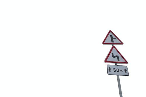 Безкоштовне стокове фото на тему «білий, вказівний стовп, Вулиця, дорога»